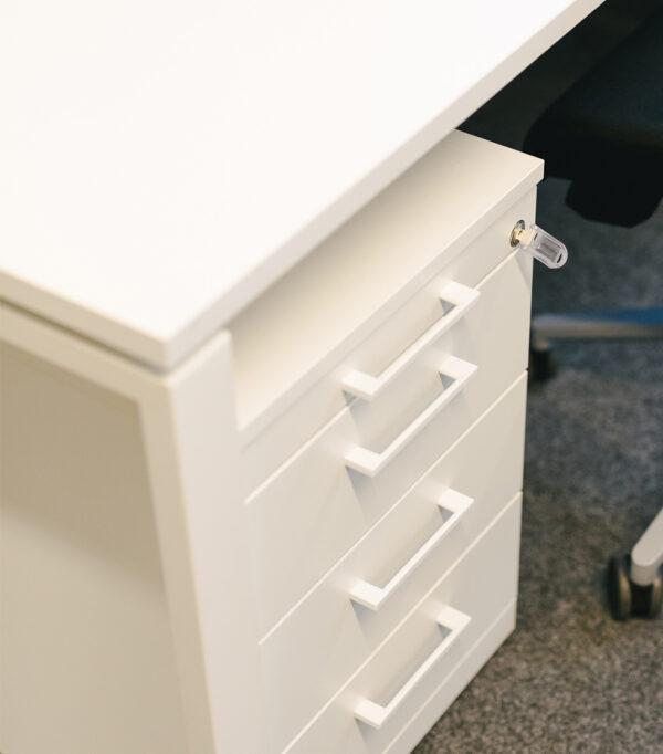 Arbeitstisch mit N-Fuß